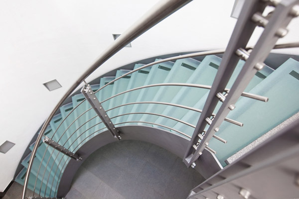 Moderne Glastreppe aus begehbarem Glas